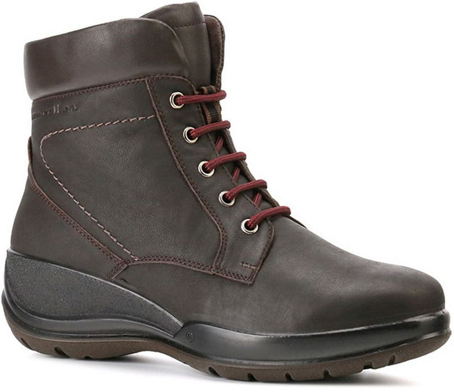 Ботинки Ralf RingerБотинки<br>В этих ботинках от RALF RINGER можно забыть о капризах природы. Идеальная для зимы толщина подошвы позволит не думать о холодах. Хорошую посадку по ноге обеспечивает стильная шнуровка контрастного цвета. Ботинки с прочной литьевой подошвой – отличный вариант на каждый день.<br><br>Наименование: Ralf Ringer Weekend 740213ТКМ Осень-Зима 2016-17<br>Цвет: Темно-коричневый<br>Размер RU: 41<br>vendorCode: None<br>Пол: Женский<br>Возраст: Взрослый<br>Сезон: Зима<br>Материал верха: Нубук<br>Материал подкладки: Мех натуральный<br>Материал подошвы: ПУ+ТПУ