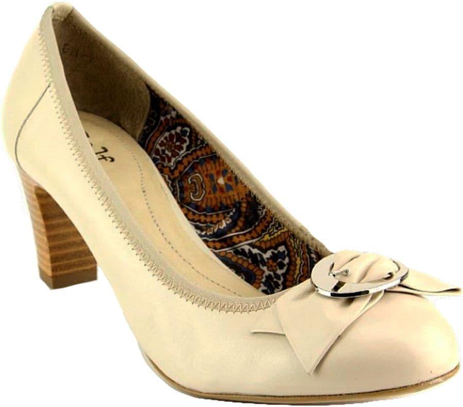Туфли Ralf RingerТуфли<br>Женские туфли-лодочки на небольшом каблуке могут стать хорошим дополнением офисного гардероба. Они подойдут и для выходов в свет. Модель из светлой натуральной кожи декорирована пряжкой с небольшим бантом, что делает ее нескучной и актуальной классикой в модных тенденциях 2015 года. Туфли-лодочки универсальны, эта модель должна быть в гардеробе каждой современной леди.<br><br>Наименование: Ralf Ringer Classic 758101БЖ Весна-Лето 2015<br>Цвет: Бежевый<br>Размер RU: 41<br>vendorCode: None<br>Пол: Женский<br>Возраст: Взрослый<br>Сезон: Деми<br>Материал верха: Кожа<br>Материал подкладки: Текстиль<br>Материал подошвы: Каблук