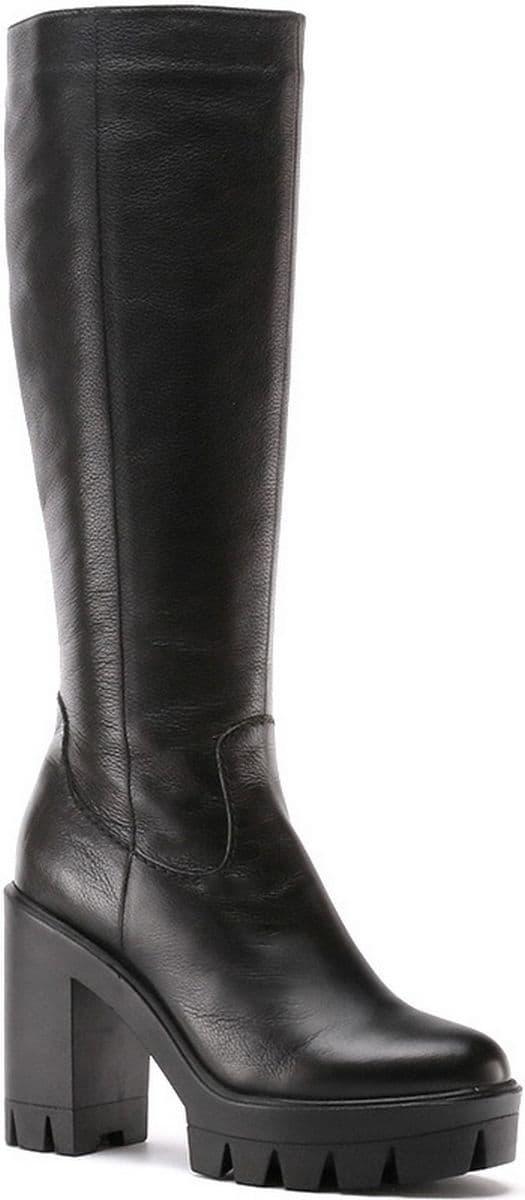 Женские кожаные сапоги в классическом черном цвете - отличное решение для  осени. Устойчивый каблук и удобная подошва придадут изящество походке. f66ea166d6336