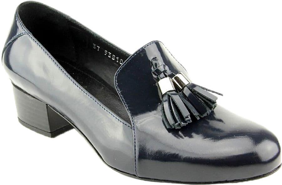 Ralf Ringer Classic 938105СН Весна-Лето 2015Туфли<br>Эта лаковая модель – пример безупречного вкуса и стиля исполнения. Такие туфли найдут свое место в гардеробе зрелой красивой леди, предпочитающей классический стиль. Носить эту обувь можно как с брюками, так и с юбками. Универсальность и отличное качество обусловили большую популярность данной модели. Особенно оценили покупательницы долговечность материалов, используемых в ходе производства.<br><br>Цвет: Синий<br>Размер RU: 40<br>vendorCode: None<br>Пол: Женский<br>Возраст: Взрослый<br>Сезон: Деми<br>Материал верха: Лак<br>Материал подкладки: Кожа<br>Материал подошвы: Тунит